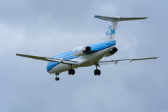 20-11 Νοεμβρίου Schiphol, Noord-Holland/των Κάτω Χωρών - 2015 - το αεροπλάνο από Fokker KLM Cityhopper pH-KZB F70 προσγειώνεται σ Στοκ εικόνα με δικαίωμα ελεύθερης χρήσης