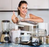 Νοικοκυρά με τις συσκευές κουζινών Στοκ Φωτογραφίες