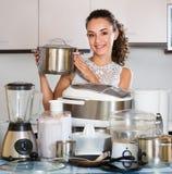 Νοικοκυρά με τις συσκευές κουζινών Στοκ φωτογραφία με δικαίωμα ελεύθερης χρήσης