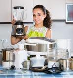 Νοικοκυρά με τις συσκευές κουζινών Στοκ φωτογραφίες με δικαίωμα ελεύθερης χρήσης
