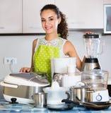 Νοικοκυρά με τις συσκευές κουζινών Στοκ εικόνα με δικαίωμα ελεύθερης χρήσης