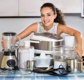 Νοικοκυρά με τις συσκευές κουζινών Στοκ Εικόνα