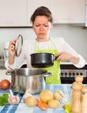 Νοικοκυρά που αισθάνεται την κακή μυρωδιά από το τηγάνι στοκ φωτογραφίες με δικαίωμα ελεύθερης χρήσης