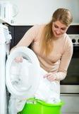 Νοικοκυρά που ικανοποιεί με την ποιότητα της πλύσης Στοκ εικόνες με δικαίωμα ελεύθερης χρήσης