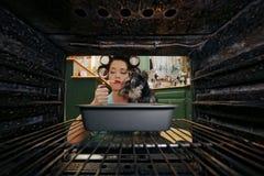 Νοικοκυρά που κάνει τις καθημερινές μικροδουλειές της Στοκ Φωτογραφίες
