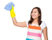 Νοικοκυρά που πλένει το φανταστικό διάστημα για τη χρησιμοποίηση του κουρελιού Στοκ φωτογραφία με δικαίωμα ελεύθερης χρήσης