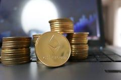 Νομίσματα ή ethereum αιθέρα στο υπόβαθρο υπολογιστών γραφικών παραστάσεων που επεξηγούν blockchain και cyber το νόμισμα ETH στοκ φωτογραφίες