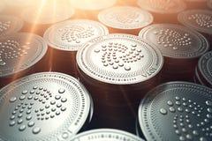 Νομίσματα γιώτα στη μουτζουρωμένη κινηματογράφηση σε πρώτο πλάνο με την ηλιοφάνεια άνωθεν Έννοια αύξησης γιώτα απεικόνιση αποθεμάτων