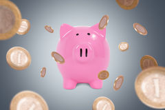 Νομίσματα γύρω από την τράπεζα Piggy Στοκ φωτογραφία με δικαίωμα ελεύθερης χρήσης