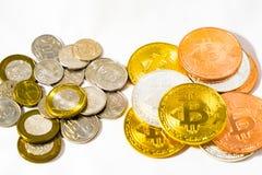 Νομίσματα δολαρίων της Σιγκαπούρης και νομίσματα Bitcoins Cryptocurrency στο μόριο Στοκ Φωτογραφίες