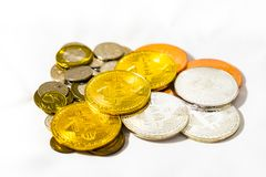 Νομίσματα δολαρίων της Σιγκαπούρης και νομίσματα Bitcoins Cryptocurrency στο μόριο Στοκ φωτογραφία με δικαίωμα ελεύθερης χρήσης