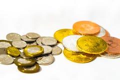 Νομίσματα δολαρίων της Σιγκαπούρης και νομίσματα Bitcoins Cryptocurrency στο μόριο Στοκ Εικόνες