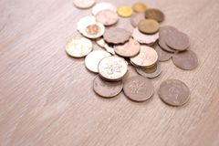 Νομίσματα δολαρίων Χονγκ Κονγκ στο ξύλινο υπόβαθρο Στοκ Εικόνα