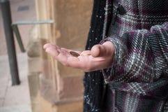Νομίσματα ευρώ υπό εξέταση της φτωχής γυναίκας Στοκ Φωτογραφία