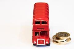 Νομίσματα λεωφορείων του Λονδίνου και 1 λίβρας Στοκ εικόνες με δικαίωμα ελεύθερης χρήσης
