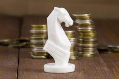 Νομίσματα και άσπρο άλογο Στοκ εικόνες με δικαίωμα ελεύθερης χρήσης
