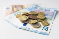 Νομίσματα και τραπεζογραμμάτια στοκ εικόνες