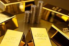 Νομίσματα και χρυσοί φραγμοί, περιβαλλοντική οικονομική έννοια Στοκ Φωτογραφία