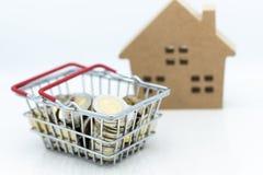 Νομίσματα καλαθιών και ξύλινο σπίτι για τη λιανική επιχείρηση Χρήση εικόνας για on-line να ψωνίσει στο σπίτι, θέση μάρκετινγκ, επ Στοκ φωτογραφία με δικαίωμα ελεύθερης χρήσης