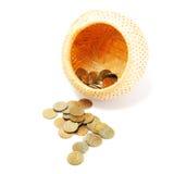 νομίσματα καλαθιών που χύν Στοκ εικόνες με δικαίωμα ελεύθερης χρήσης