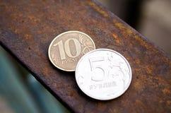 Νομίσματα : Νομίσματα μετάλλων Ρωσικά χρήματα Νομίσματα στις μετονομασίες 5 και 10 στοκ φωτογραφία με δικαίωμα ελεύθερης χρήσης
