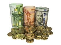 Νομίσματα μεταλλοφόρων κοιτασμάτων στο υπόβαθρο των τραπεζογραμματίων Στοκ Εικόνα