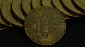 Νομίσματα μετρητών bitcoin που εξάγονται από τη μεταλλεία στην τεχνολογία blockchain κλείστε επάνω απόθεμα βίντεο