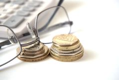 Νομίσματα με τα γυαλιά και τον υπολογιστή Στοκ εικόνες με δικαίωμα ελεύθερης χρήσης