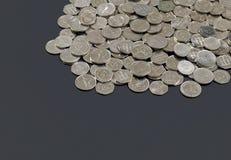 Νομίσματα Ντίραμ των Ηνωμένων Αραβικών Εμιράτων που διαδίδονται έξω Στοκ Εικόνα