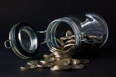 νομίσματα που ανατρέπουν έξω το βάζο Στοκ φωτογραφία με δικαίωμα ελεύθερης χρήσης