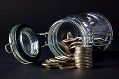 νομίσματα που ανατρέπουν έξω το βάζο Στοκ εικόνα με δικαίωμα ελεύθερης χρήσης