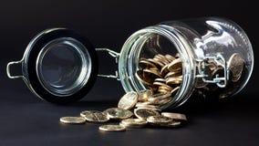 νομίσματα που ανατρέπουν έξω το βάζο Στοκ Εικόνα