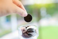 Νομίσματα που μειώνονται στο βάζο - χρήματα αποταμίευσης στοκ εικόνες με δικαίωμα ελεύθερης χρήσης