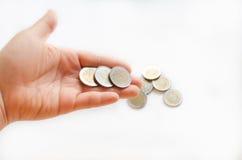 Νομίσματα που πέφτουν από ένα χέρι Στοκ εικόνα με δικαίωμα ελεύθερης χρήσης