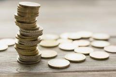Νομίσματα που συσσωρεύονται ο ένας στον άλλο στις διαφορετικές θέσεις Στοκ εικόνες με δικαίωμα ελεύθερης χρήσης