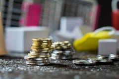 Νομίσματα που συσσωρεύονται ο ένας στον άλλο στις διαφορετικές θέσεις Χρήματα concep Στοκ φωτογραφία με δικαίωμα ελεύθερης χρήσης