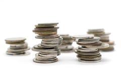 Νομίσματα που συσσωρεύονται στο άσπρο υπόβαθρο Στοκ εικόνα με δικαίωμα ελεύθερης χρήσης
