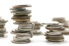 Νομίσματα που συσσωρεύονται στο άσπρο υπόβαθρο Στοκ εικόνες με δικαίωμα ελεύθερης χρήσης