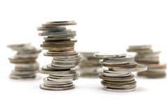 Νομίσματα που συσσωρεύονται στο άσπρο υπόβαθρο Στοκ φωτογραφία με δικαίωμα ελεύθερης χρήσης