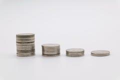 Νομίσματα που συσσωρεύονται στο άσπρο υπόβαθρο Στοκ Φωτογραφία