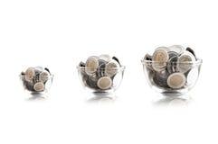 Νομίσματα σε ένα βάζο γυαλιού ενάντια, νομίσματα αποταμίευσης - έννοια χρημάτων αποταμίευσης έννοιας επένδυσης και ενδιαφέροντος, Στοκ Εικόνες