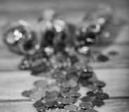 Νομίσματα σε ένα βάζο στο πάτωμα Συσσωρευμένα νομίσματα στο πάτωμα Καπνιστό πικάντικο λουκάνικο Στοκ εικόνα με δικαίωμα ελεύθερης χρήσης