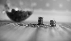 Νομίσματα σε ένα βάζο στο πάτωμα Συσσωρευμένα νομίσματα στο πάτωμα Καπνιστό πικάντικο λουκάνικο Στοκ Φωτογραφία