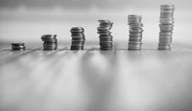 Νομίσματα σε ένα βάζο στο πάτωμα Συσσωρευμένα νομίσματα στο πάτωμα Καπνιστό πικάντικο λουκάνικο Στοκ φωτογραφία με δικαίωμα ελεύθερης χρήσης