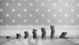 Νομίσματα σε ένα βάζο στο πάτωμα Συσσωρευμένα νομίσματα στο πάτωμα Καπνιστό πικάντικο λουκάνικο Στοκ Φωτογραφίες