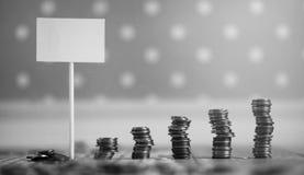 Νομίσματα σε ένα βάζο στο πάτωμα Συσσωρευμένα νομίσματα στο πάτωμα Καπνιστό πικάντικο λουκάνικο Στοκ εικόνες με δικαίωμα ελεύθερης χρήσης