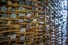 Νομίσματα σε ένα καλάθι Χρήματα σε ένα καλάθι Στοκ φωτογραφίες με δικαίωμα ελεύθερης χρήσης