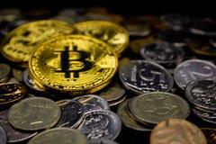 Νομίσματα σε ένα μαύρο υπόβαθρο στοκ εικόνα με δικαίωμα ελεύθερης χρήσης