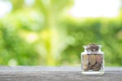 Νομίσματα σε ένα piggy μπουκάλι τραπεζών Χρηματοδότηση και έννοια χρημάτων, ελπίδα Στοκ φωτογραφία με δικαίωμα ελεύθερης χρήσης