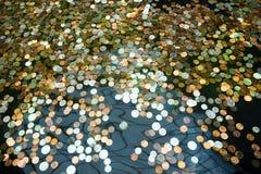 Νομίσματα σε μια πηγή, επιθυμίες για την ευημερία στοκ φωτογραφία με δικαίωμα ελεύθερης χρήσης